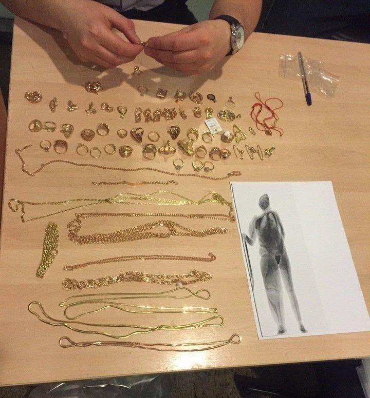 В «Шереметьево» ввагине упассажирки отыскали 107 золотых предметов