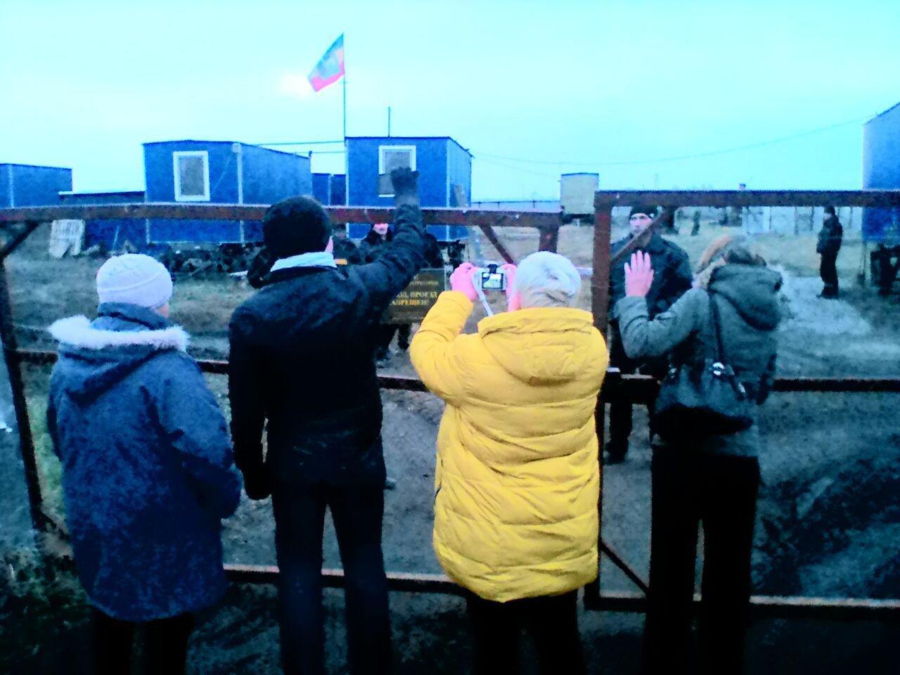 Активисты у ворот буровой станции