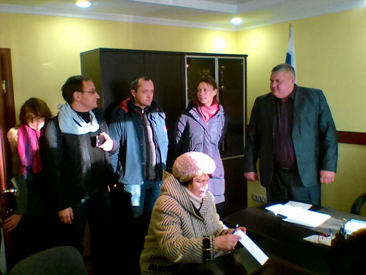 Журналисты и общественники общаются с главой Коленовского поселения Михаилом Федюшкиным
