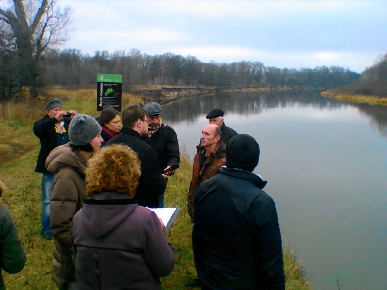 Участники пресс тура общаются с биологом Владимиром Давыденко